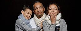 photo de famille en studio à paris. des portraits sur fond noir