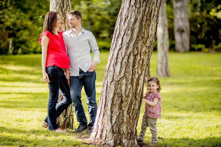 la famille en exterieur sous les arbres du parc floral