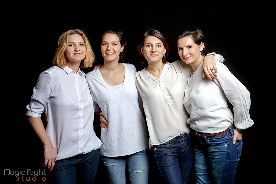 une séance photo de portrait de famille en studio à Paris, heureux d'être ensemble réunis.