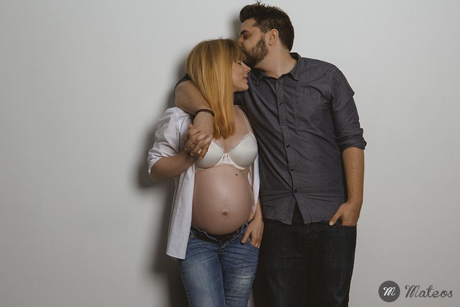 une séance photo grossesse à paris, en studio et tout en douceur avec papa et maman