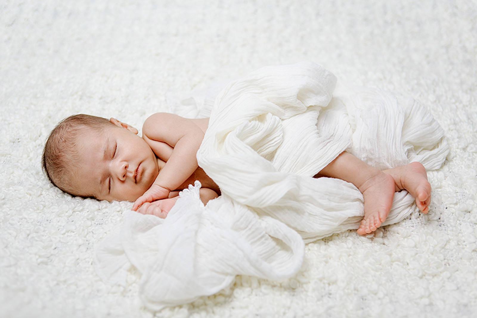 photos naturelles en studio à paris par photographe spécialisé bébé et famille
