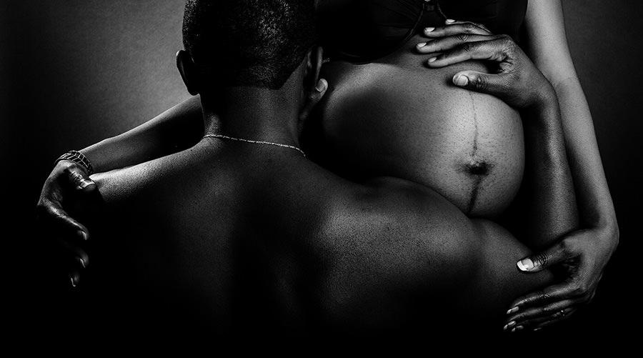 une séance de grossesse en studio, fond noir pour peau noire
