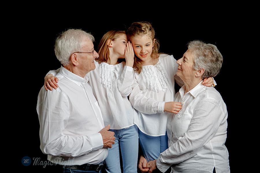des photos de famille naturelles dans un studio à Paris montmartre, naturelles et spontanées