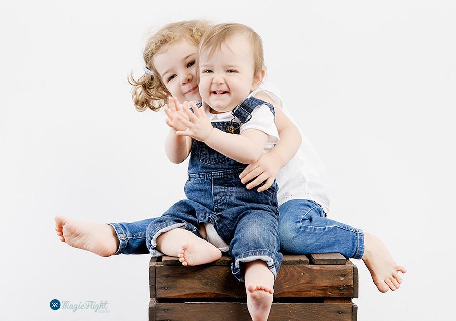 photos d'enfant espiègles en studio sur fond blanc