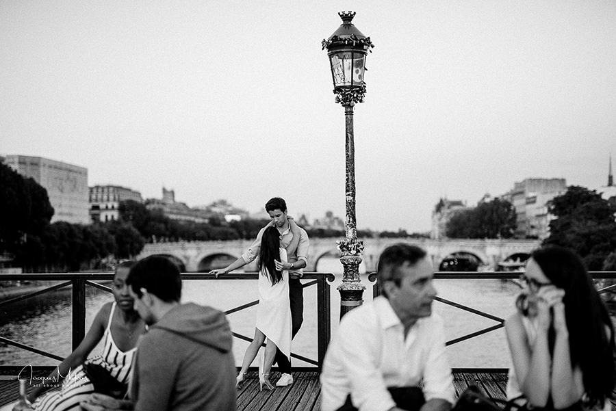 séance photos couple avant mariage sur le pont des arts