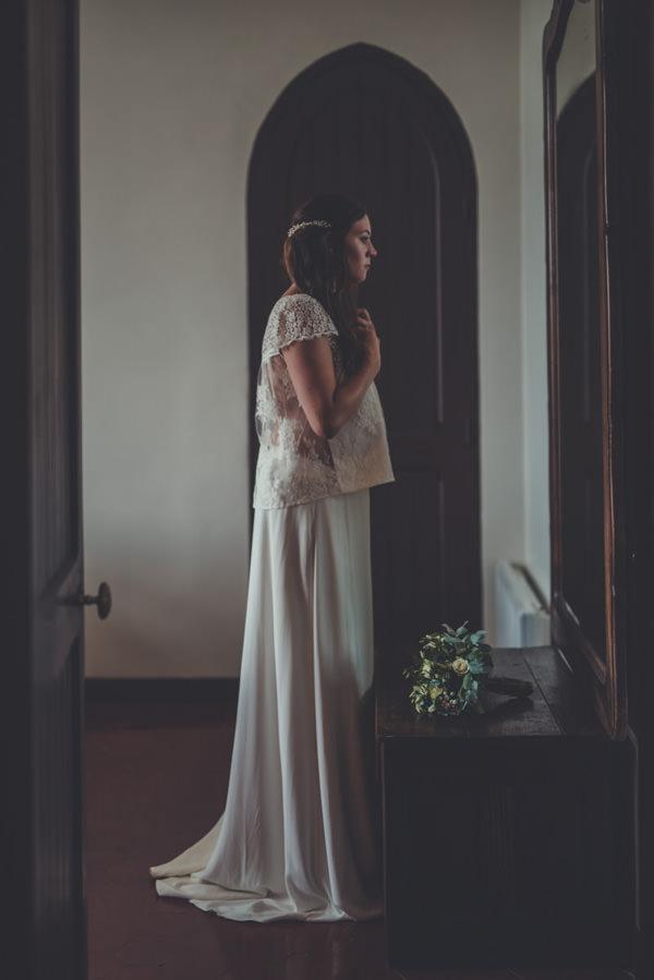 la mariée se regarde devant le miroir à la fin de la préparation