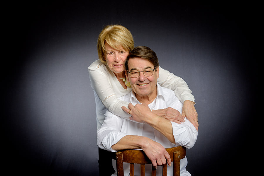 les grands parents en photo de famille en studio