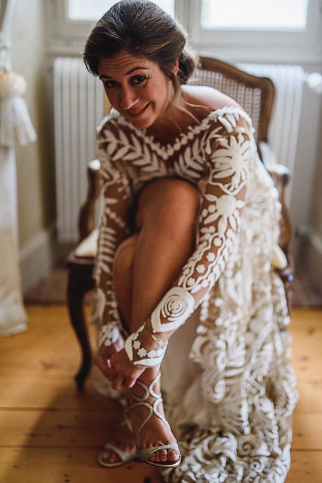 la mariée met ses chaussures en fin de préparation à {allier}