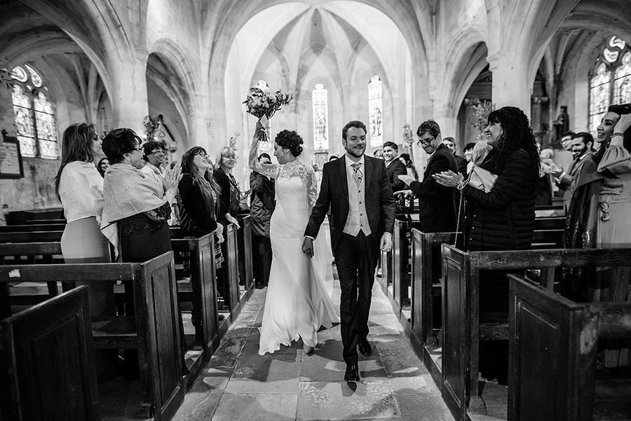 les mariés heureux après la cérémonie, noir et blanc