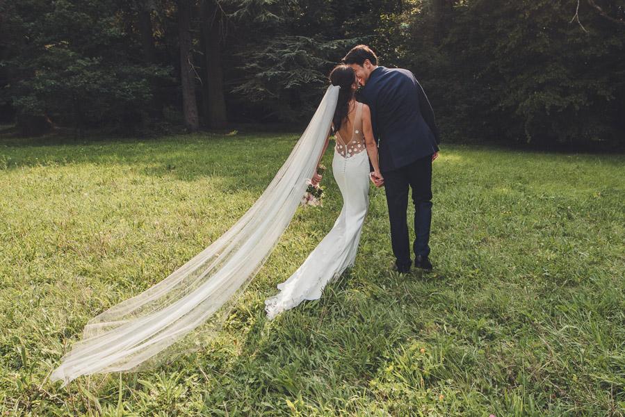 le coiuple s'embrasse pendant la séance après mariage à Cahors