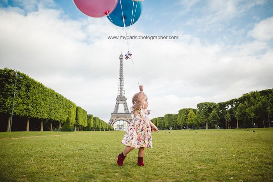 Photo de petite fille avec ses ballons champ de Mars, Paris 7