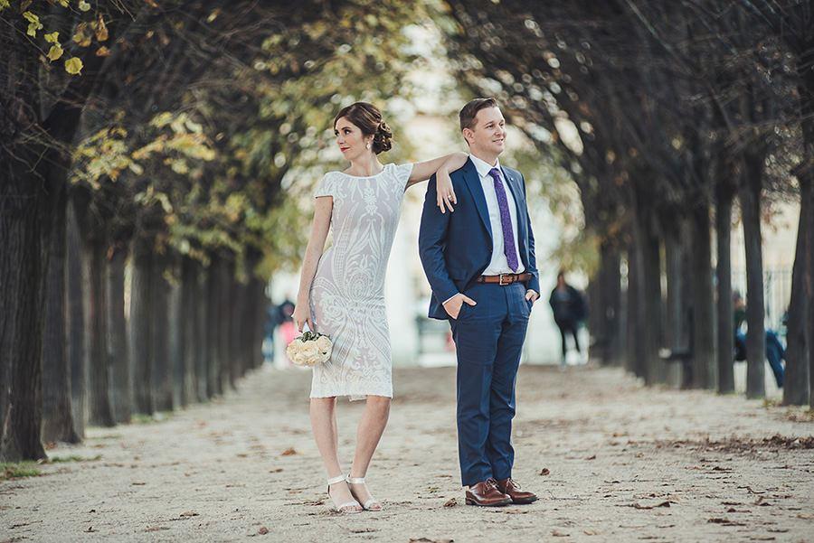 Un couple dans la cour du Louvre et sa pyramide à Paris 1