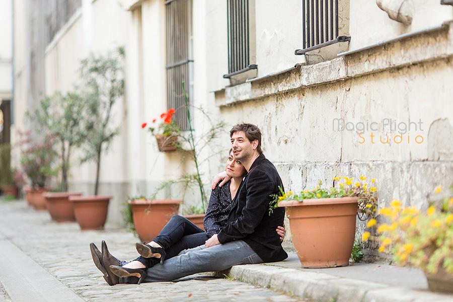 photo de couple dans un passage dans paris 75003