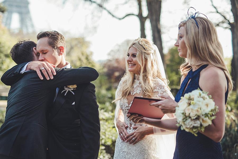 embrassade de famille pendant un mariage