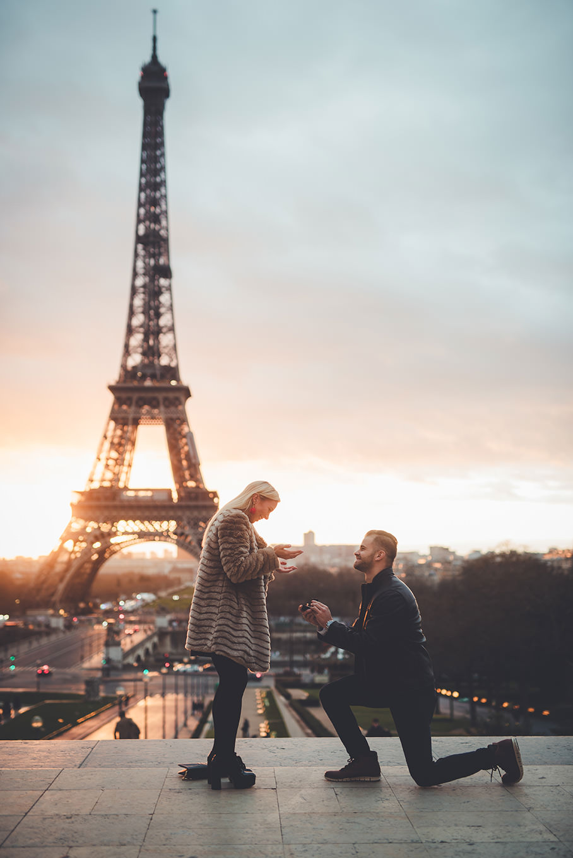 une demande en mariage à genoux devant la tour Eiffel