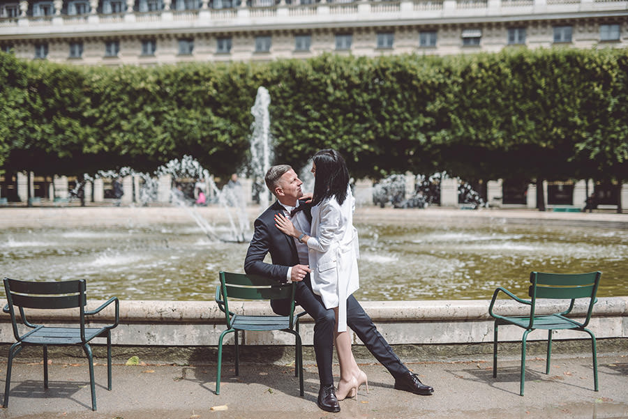 la fontaine et pose couple au palais royal