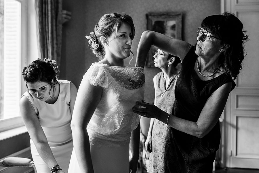 on ajuste la robe de la mariée