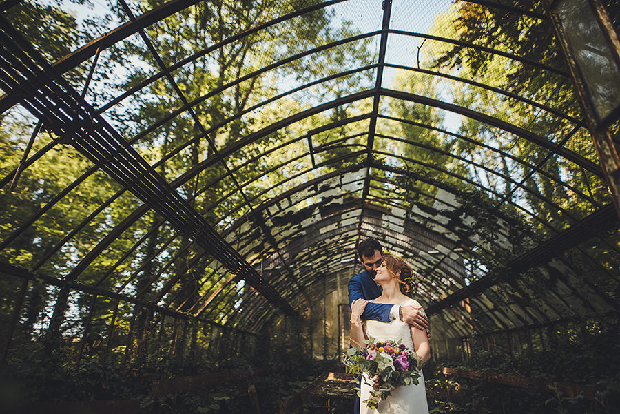 photo de couple de mariés dans la serre du château