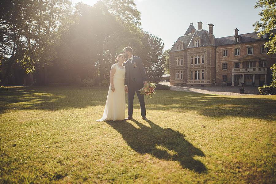 photo de couple de mariés à contre jour