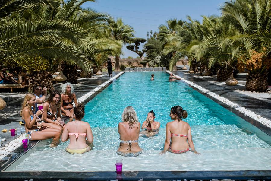 mariage au bord de la piscine à Marrakech