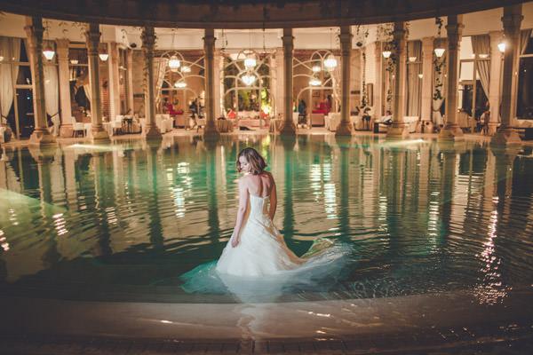 la mariée dans l'a pscine du palais Rhoul, Marrakech, Maroc