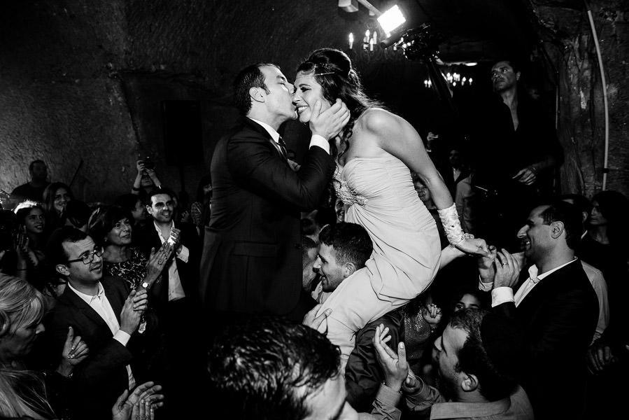 le baisers des mariés pendant la fête pour le henné juif