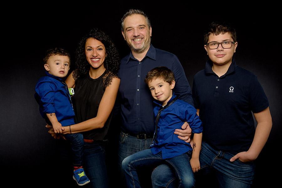 photo de toute la famille sur fond noir
