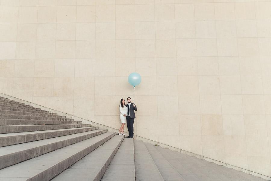 devant le trocadero avec un ballon bleu