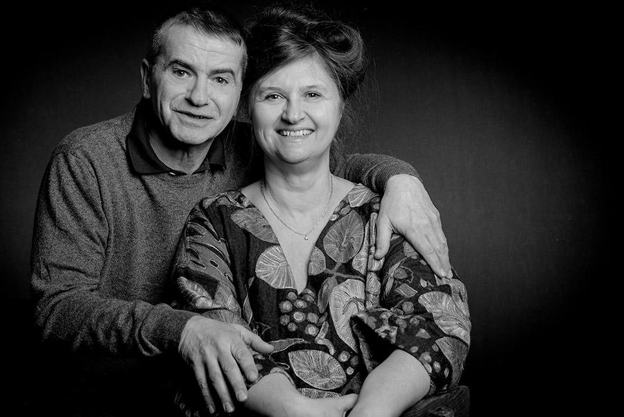 bon cadeau pour une séance famille avec la photo des parents seuls en noir et blanc