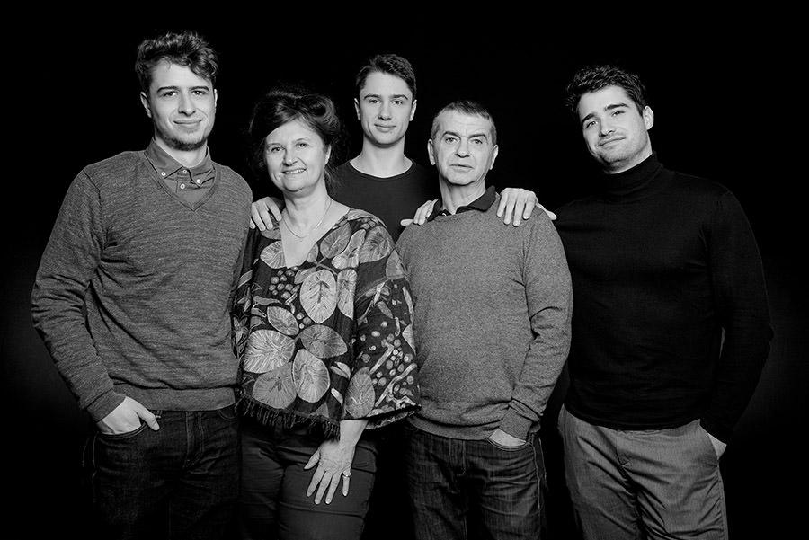 bon cadeau pour une séance famille , une photo en noir et blanc