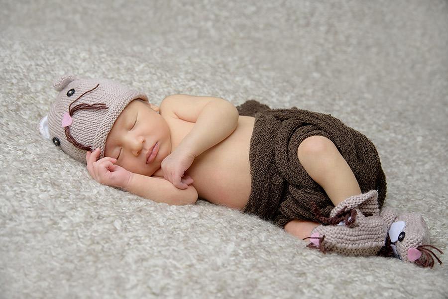 bébé dort avec son bonnet rigolo et les chaussons coordonnés
