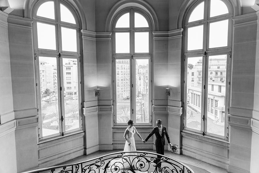 les mariés descendent l'escalier de la mairie