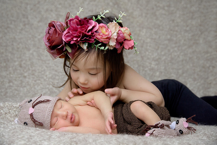 bébé gabriel avec sa soeur qui le regarde