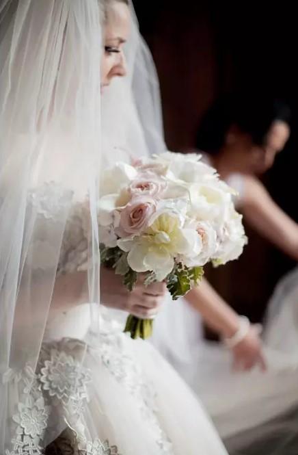 la mariée arrive à l'église de Lanouaille