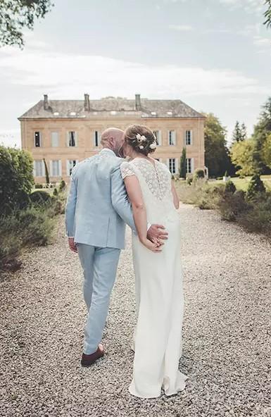 la mariée et le marié sorte de la cérémonie