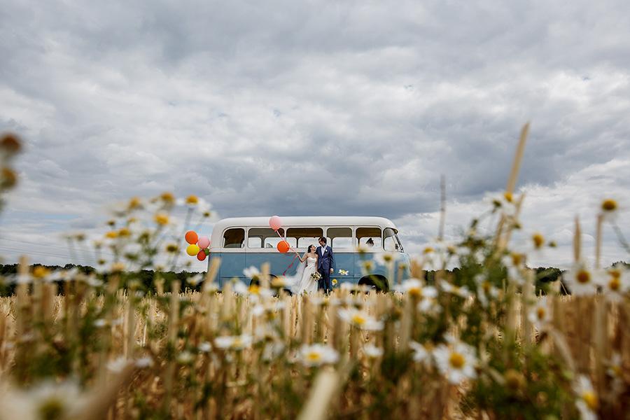 photo de couple avce le bus dans les champs de Seine et Marne