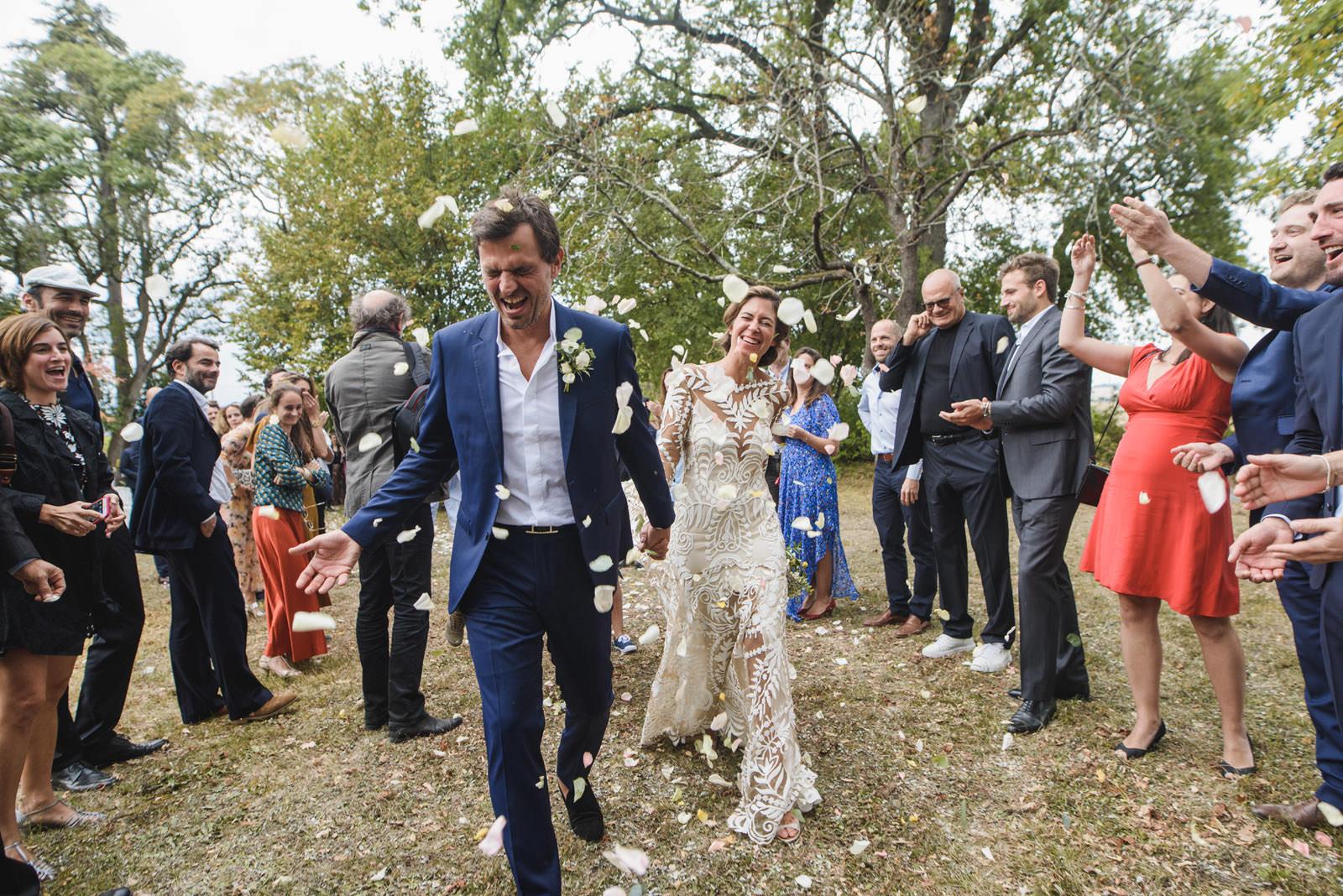 sortie des mariés au chateau de Malliac-Gers
