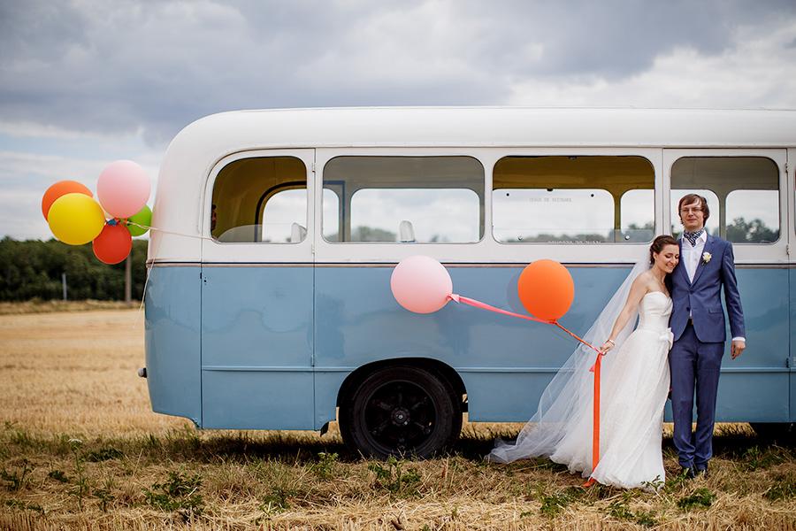 photo de couple avec le bus dans les champs de l'Essonne