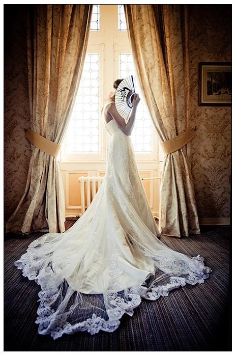la mariée se cache derière un éventail àphotographe mariage à {eure}