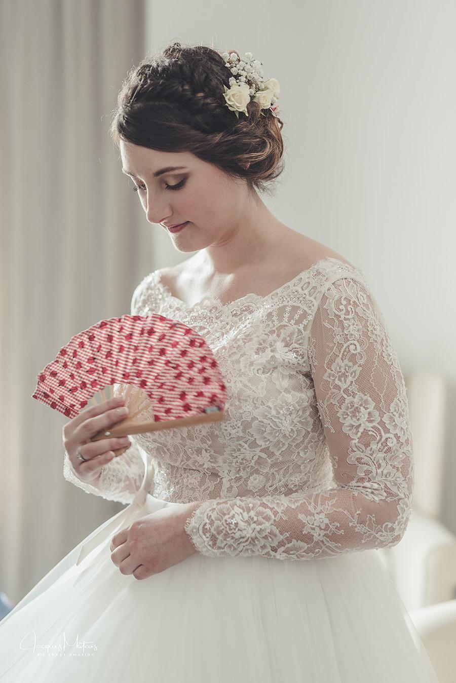 la mariée attend la cérémonie, elle s'évente avec son éventail