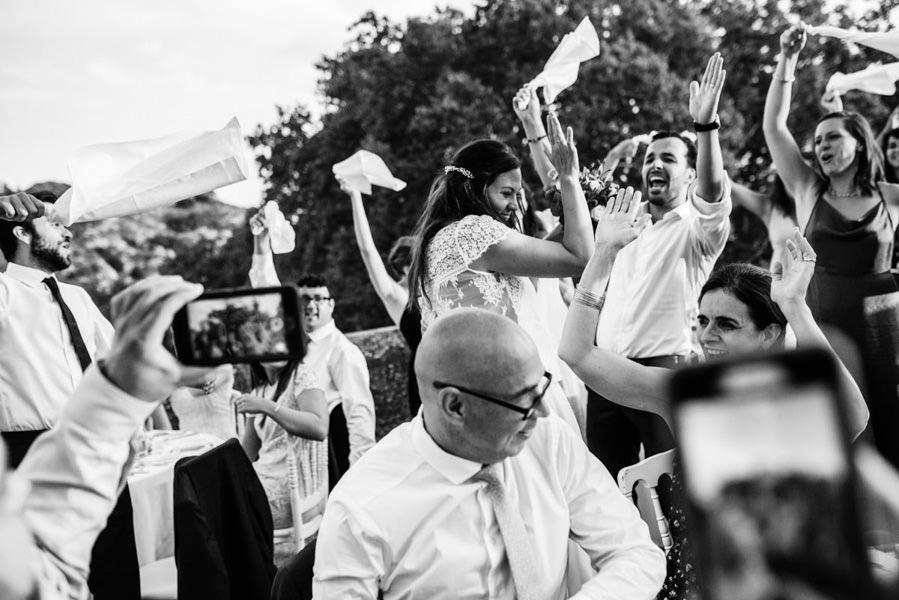l'arrivée des mariés à la soirée dans la cour du Chateau dans la Sarthe