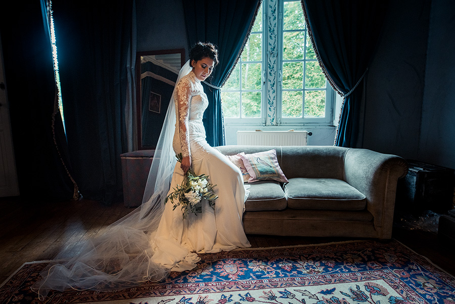 la mariée devant la fenêtre, l'attente de la cérémonie