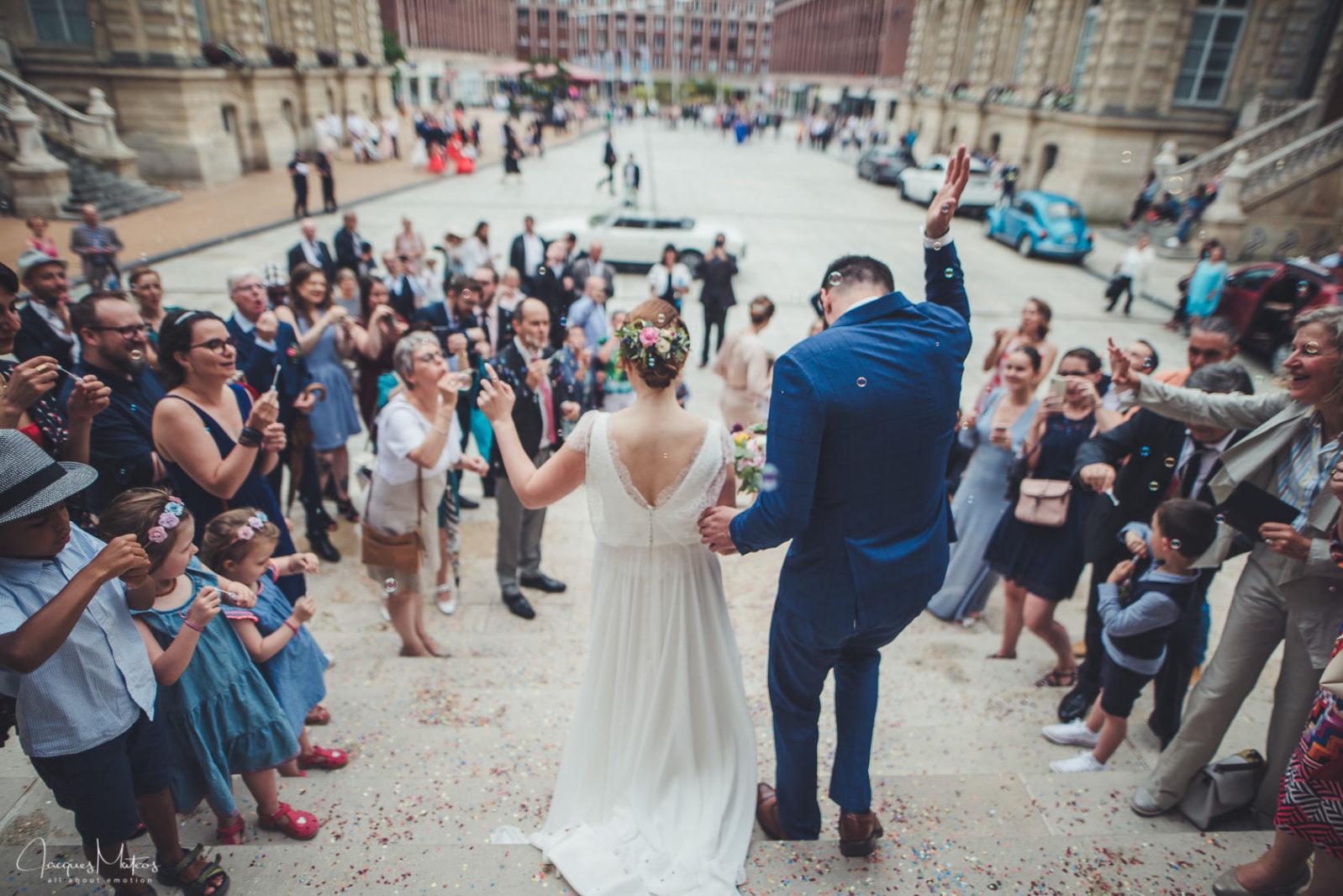 sortie de la mairie pour les mariés