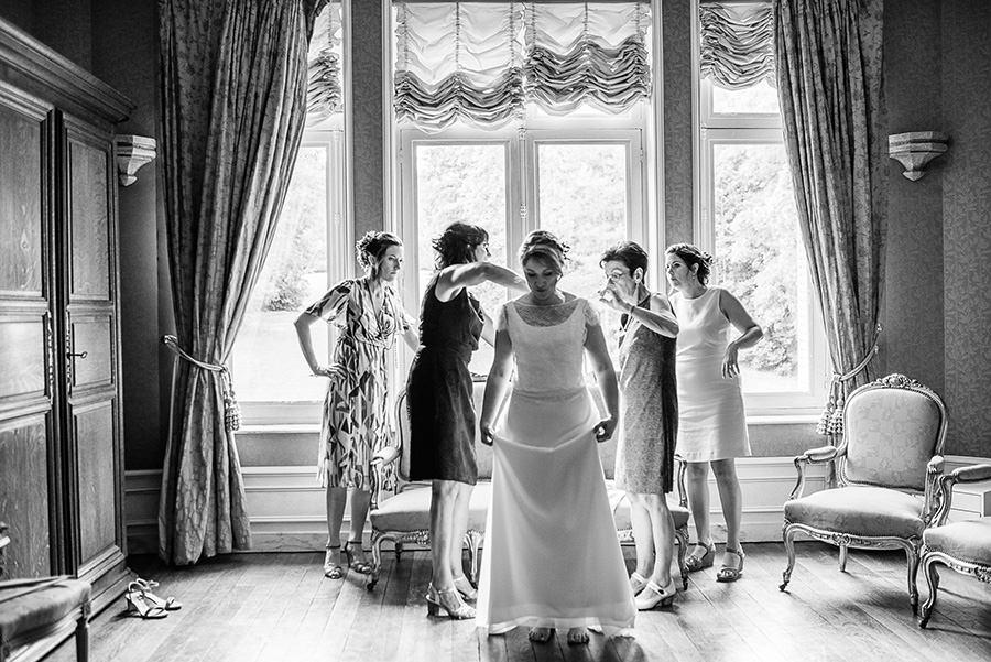 la mariée, sa maman, sa soeur et une témoin qui aident à la préparation.
