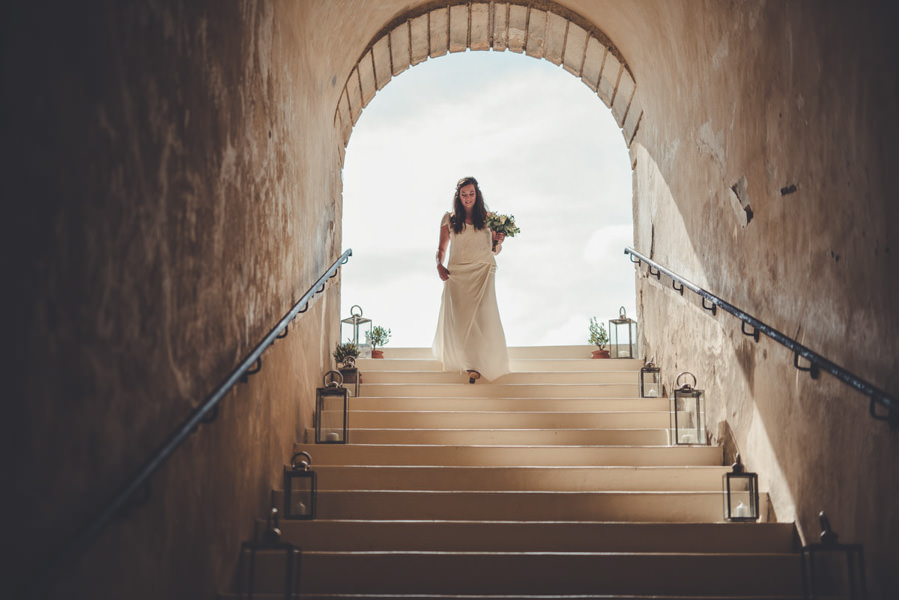 la mariée qui descend vers son père, bientôt la cérémonie