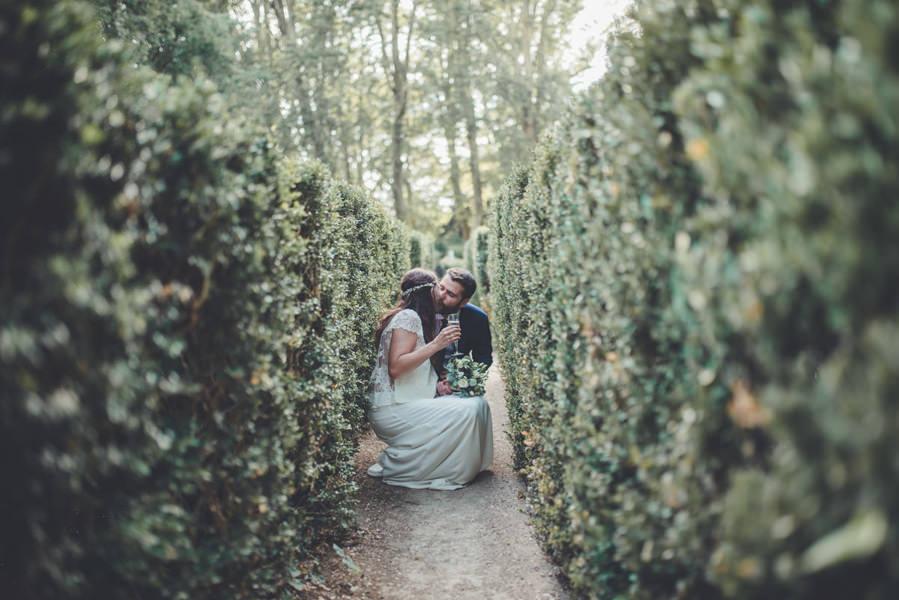 la haie protège les mariés des invités pendant le coktail du mariage dans ce chateau de Loire Atlantique