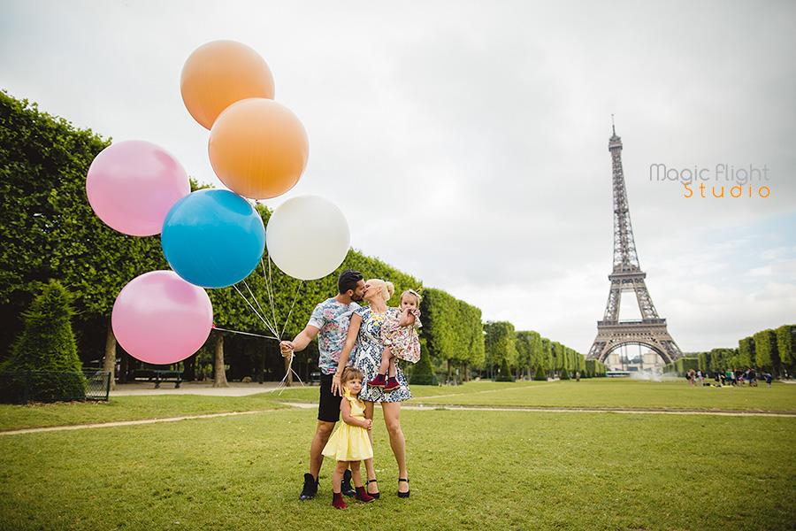 la famille en exterieur avec les ballons à Paris 3